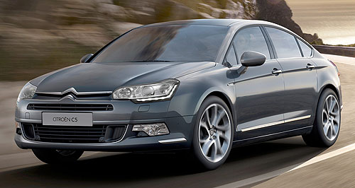 Citroen 2013 C5 Bar and grille: Citroen has applied its new, softer chevron logo to the front of the C5 mid-sizer.