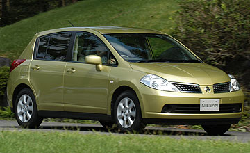 Nissan Tiida ST-L 5-dr hatch - Action shot