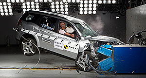 Mahindra XUV500 Get it India: Mahindra's new XUV500, which is about to be launched in Australia, hits the barrier at the Crashlab facility in Sydney.